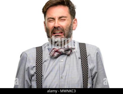 Mittleres alter Mann mit Bart und Bow Tie gedrückt Weinen voller Trauer zum Ausdruck bringen traurige Gefühl auf weißem Hintergrund - Stockfoto