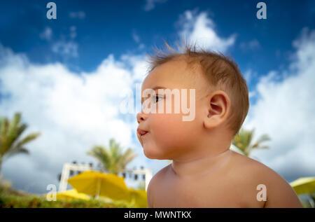 Porträt einer niedlichen kleinen Baby boy Spaß im Freien, Spielen am Strand, Sommer, Urlaub mit glücklichen gesunden Kindheit - Stockfoto