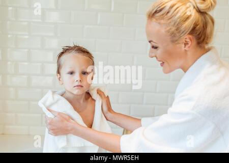 Kleinen Sohn und seiner schönen Mutter tragen Schutzbrille und ...