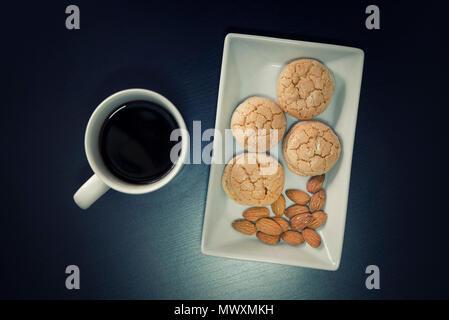 Almond Cookies und einer Tasse Kaffee - Stockfoto