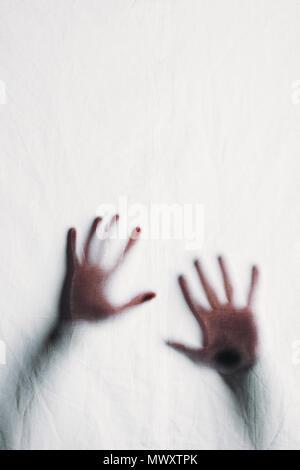 Unscharfe Silhouette der menschlichen Hände berühren Milchglas - Stockfoto