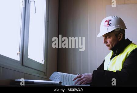 Der Ingenieur ist ein Blick auf die Zeichnung. Arbeitsplatz des Ingenieurs. - Stockfoto
