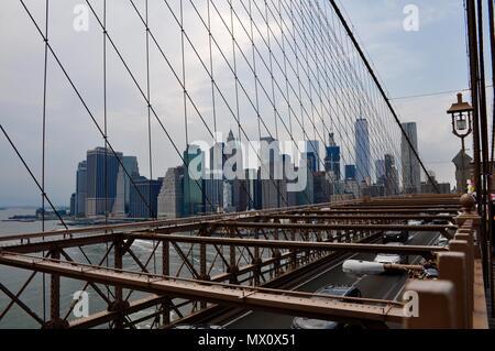 Blick auf die Skyline von Brooklyn Bridge, New York, USA - Stockfoto