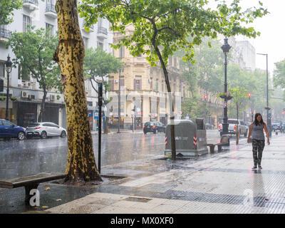 Heavy Rain storm an der Avenida de Mayo im Stadtzentrum Microcentro, Monserrat Bezirk in der Hauptstadt Buenos Aires, Argentinien - Stockfoto