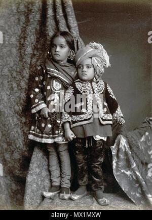 . Englisch: 'Kaschmir Kinder.' full-length Studio portrait einer jungen Kaschmirischen Junge und Mädchen, in der modernen Bundesstaates Jammu und Kaschmir, von einem unbekannten Fotografen in den 1890er Jahren genommen. Diese elegant gekleidete Kinder tragen Kleidung gestickt mit aufwändigen traditionellen Mustern, die durch die Schönheit der Flora und Fauna von Kaschmir inspiriert worden zu sein. Diese schöne Gegend, an der nördlichen Grenze von Indien und Pakistan ist bekannt für seine feine Schals aus Wolle, Textilien und Teppiche, die immer noch mit traditionellen Methoden, die vor Jahrhunderten hergestellt. 1. Januar 2007 (Original u - Stockfoto