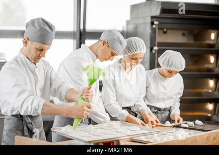Bäcker, Brötchen in der Fertigung - Stockfoto