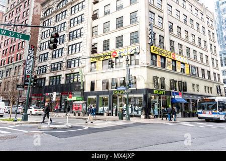 New York City, USA - 7. April 2018: Manhattan NYC Gebäude von Midtown Herald Square, Koreanisch die koreanische Sprache Stadt text Zeichen auf 6. Avenue, West 32 Str - Stockfoto