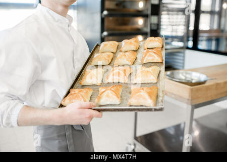 Halten Sie das Fach mit frisch gebackenen Brötchen - Stockfoto