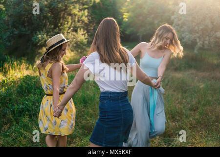 Gruppe von Mädchen Freunde machen Picknick im Freien - Stockfoto