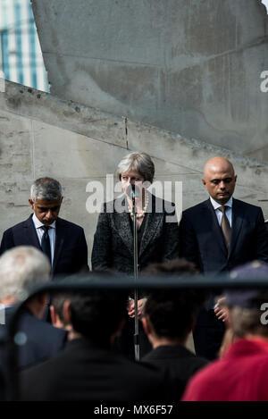 London, Großbritannien. 3 Jun, 2018. Sadiq Khan, Bürgermeister von London (links), PM Theresa May (Mitte) und Sajid Javid, Sekretär des Staates für die Home Abteilung (rechts). Während die stille Minute für die Opfer von London Bridge. Eine Trauerfeier ist in der Nähe von London Bridge statt Gedenken an die Opfer, die ihr Leben während der London Bridge Terroranschlag vor einem Jahr verloren zu bezahlen. Credit: SOPA Images Limited/Alamy leben Nachrichten