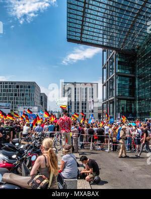 """Deutschland, Berlin-Mitte, Mai 2017 27. Die AFD 'Zukunft für Deutschland"""" rechtsgerichtete Demonstration vor dem Hauptbahnhof. - Stockfoto"""