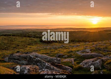 Einen schönen Sonntag morgen Juni Sonnenaufgang über dem Dorf Belstone in Dartmoor - Stockfoto