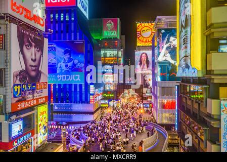 OSAKA, Japan - 16. AUGUST 2015: Fußgänger unter Anschlagtafeln in den Dotonbori Bezirk. Der Bezirk ist eine beliebte Touristenattraktion. - Stockfoto