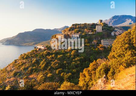 Dorf von Nonza, Korsika, Frankreich bei Sonnenuntergang - Stockfoto