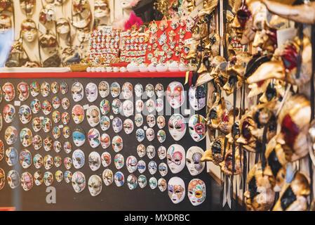 Venezianische Masken in einem Geschäft in Venedig - Stockfoto
