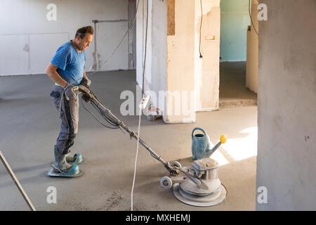 Fußboden Polieren ~ Arbeiter polieren sand und zement estrich boden stockfoto bild