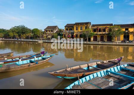 Ein sonniger Tag am River Hoai mit hölzernen Boot in Hoi An Altstadt verankert. Hoi An Altstadt, einst bekannt als Faifo - Stockfoto