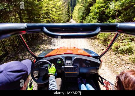 Junge Leute auf UTV Fahrzeuge auf einer Landschaft Trail. Aus Sicht eines UTV Fahrzeug mit Mann, der ein Utv an einem sonnigen Tag. - Stockfoto