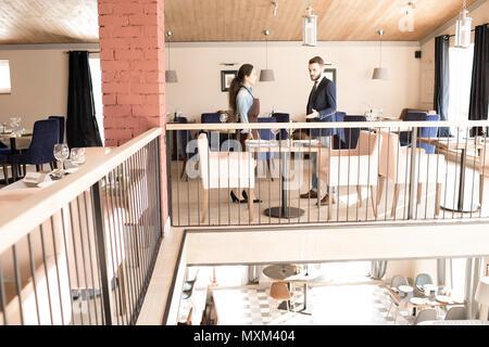 Qualifizierte Manager zu sprechen Kellnerin im Restaurant Zimmer - Stockfoto