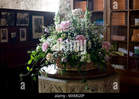 Blumenschmuck auf der Schrift, St. Maria, der Jungfrau, Kirche, Staverton, Northamptonshire, England, Großbritannien Stockfoto