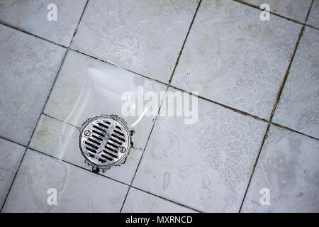 Runde Abfluss der Dusche Sieb aus Edelstahl in einer kürzlich verwendeten Dusche gemacht. - Stockfoto