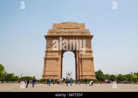 NEW DELHI, INDIEN - ca. April 2017: Touristen, India Gate. India Gate ist ein Denkmal für die Soldaten, die während des Ersten Weltkrieges starb. - Stockfoto