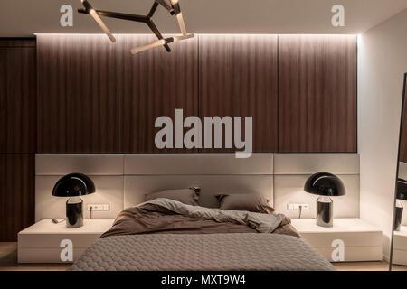 Fußboden Schlafzimmer Lampen ~ Schickes modernes schlafzimmer mit weißen wänden parkettboden mit