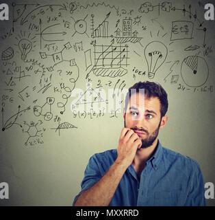 Brainstorming Mann, die neue Strategie für Business und Erstellung von grafischen Plan - Stockfoto