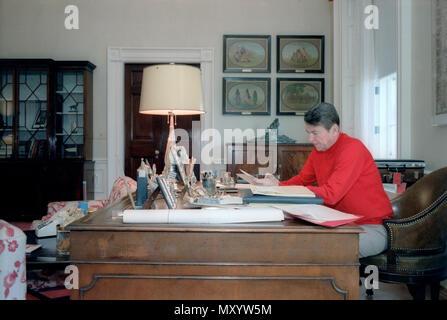 4/15/1981 Präsident Reagan in der Residenz Studie arbeiten - Stockfoto
