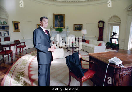 1/20/1989 Präsident Reagan im Oval Office für das letzte mal - Stockfoto