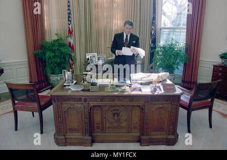 12/6/1988 Präsident Reagan allein im Oval Office - Stockfoto