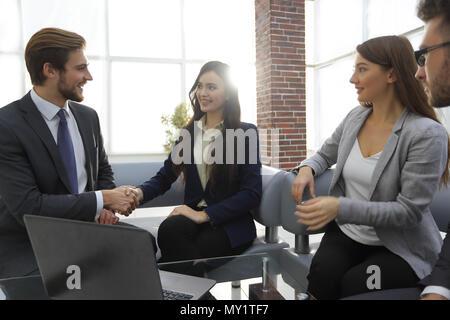 Creative Business Team rund um Laptops im Büro gesammelt. - Stockfoto