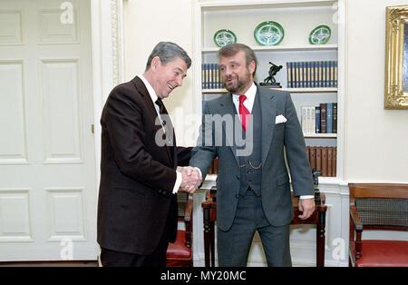 1/13/1989 Präsident Reagan während ein Foto op. mit Tony Dolan im Oval Office - Stockfoto