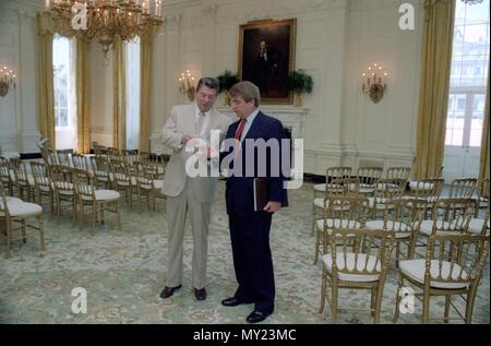 8/18/1982 Präsident Reagan Rücksprache mit Pressesekretär Larry Speakes im Esszimmer - Stockfoto