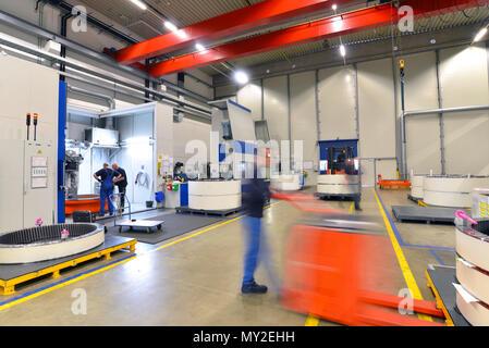 Werk des modernen Maschinenbaus - Produktion von Getrieben für Windkraftanlagen - Stapler Transport - Stockfoto