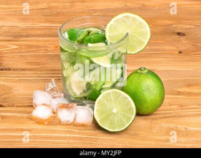 Alkohol mojito Cocktail mit den Zutaten auf den Tisch - Stockfoto