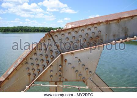 Versteifungsplatte auf der Brücke. Brücke Versteifungsplatte. Genieteten Versteifungsplatte auf Stahl Räumerbrücke in Kansas. Nieten, Nietköpfe, Versteifungsplatte, ich Balken. Rost - Stockfoto