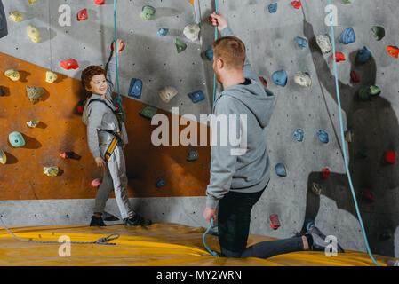 Klettergurt Englisch : Kleiner junge im klettergurt stockfoto bild: 6282484 alamy