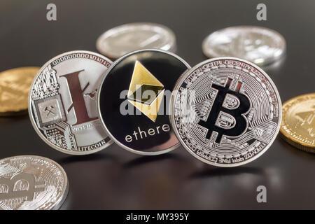 Montreal, CA - 28. Mai 2018: Bitcoin, des Astraleums und Litecoin crypto Währung metallische Münzen - Stockfoto