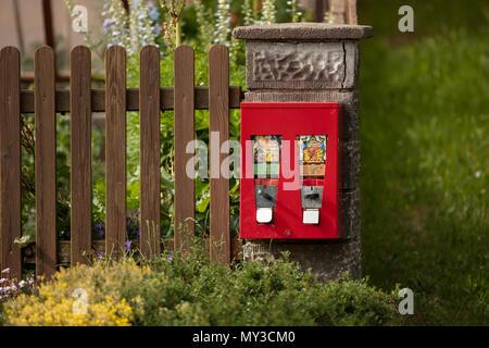 Red Double Gumball Machine An Den Pfosten Ein Zaun Um Ein Eigenes