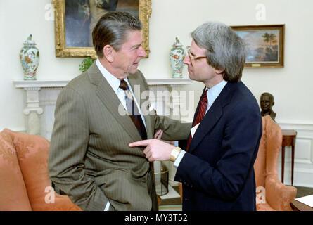 1/30/1981 Präsident Reagan und David Stockman treffen auf die Wirtschaft im Oval Office - Stockfoto