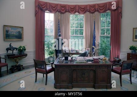 7/24/1984 Präsident Reagan allein im Oval Office - Stockfoto