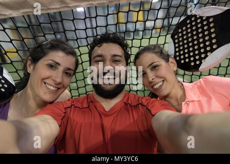 Paddle Tennis Spieler selfie nahe zu net nach dem Match - Stockfoto