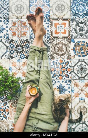 Frau, Kaffee und Katze - Stockfoto