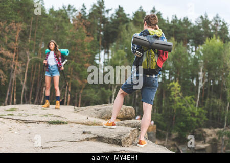 Mann, Foto von Freundin mit wanderausrüstung im Wald - Stockfoto