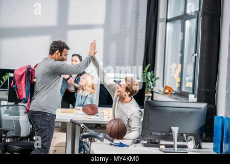 Glückliche Männer Begrüßung in modernen Büro - Stockfoto