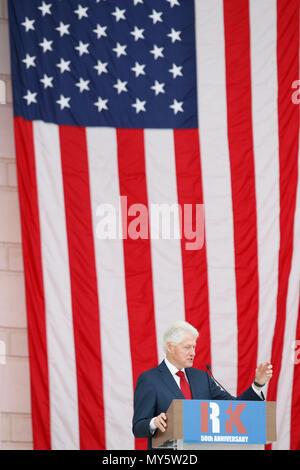 Washington, USA. 6. Juni, 2018. Der frühere US-Präsident Bill Clinton spricht während einer öffentlichen Denkmal für Robert F. Kennedy am 50. Jahrestag seiner Ermordung auf dem Arlington National Cemetery in Arlington, Virginia, USA, am 6. Juni 2018. Credit: Ting Shen/Xinhua/Alamy leben Nachrichten - Stockfoto