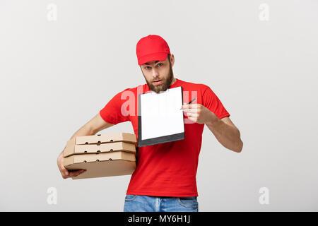 Lieferung Konzept: Junge hübsche Delivery Man mit pizza Kartons geben Ihnen ein Dokument signieren - Stockfoto