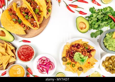 Ein Foto von einem ssortment von vielen verschiedenen mexikanischen Speisen, wie Tacos, Guacamole, Pico de Gallo, Nachos und andere, mit Kopie Raum, auf einem - Stockfoto