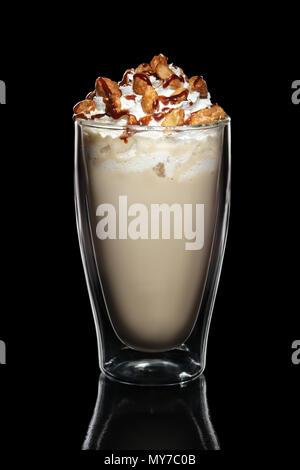 Doppelwandige Glas mit Kaffee cocktail dekoriert mit Schlagsahne und Muttern isoliert auf Schwarz - Stockfoto